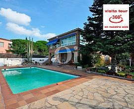 Exclusiva casa en venta con jardín y piscina en Premià de Dalt, Maresme