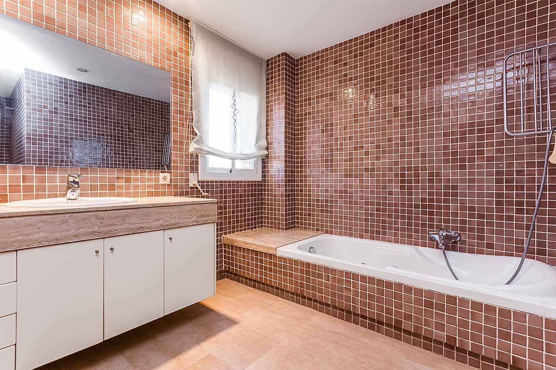 Badezimmer in Luxus-Reihenhaus zum Verkauf in Tiana