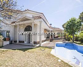 Belle maison à vendre avec un air de villa de style anglais dans Urb. En Cabrils, Maresme