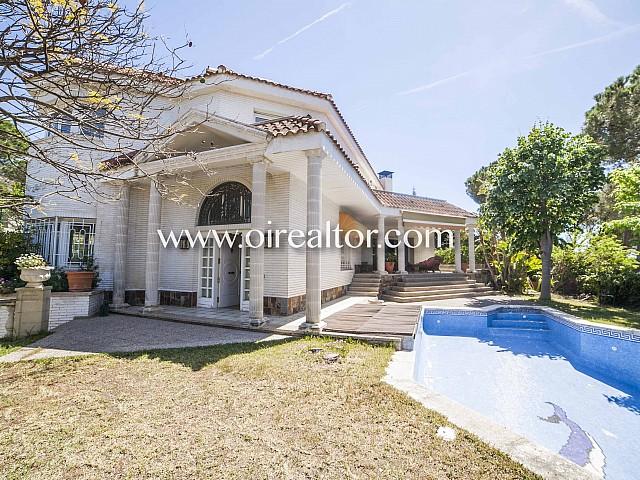 Хороший дом на продажу с видом виллы в английском стиле в Urb. В Кабрилс, Маресме
