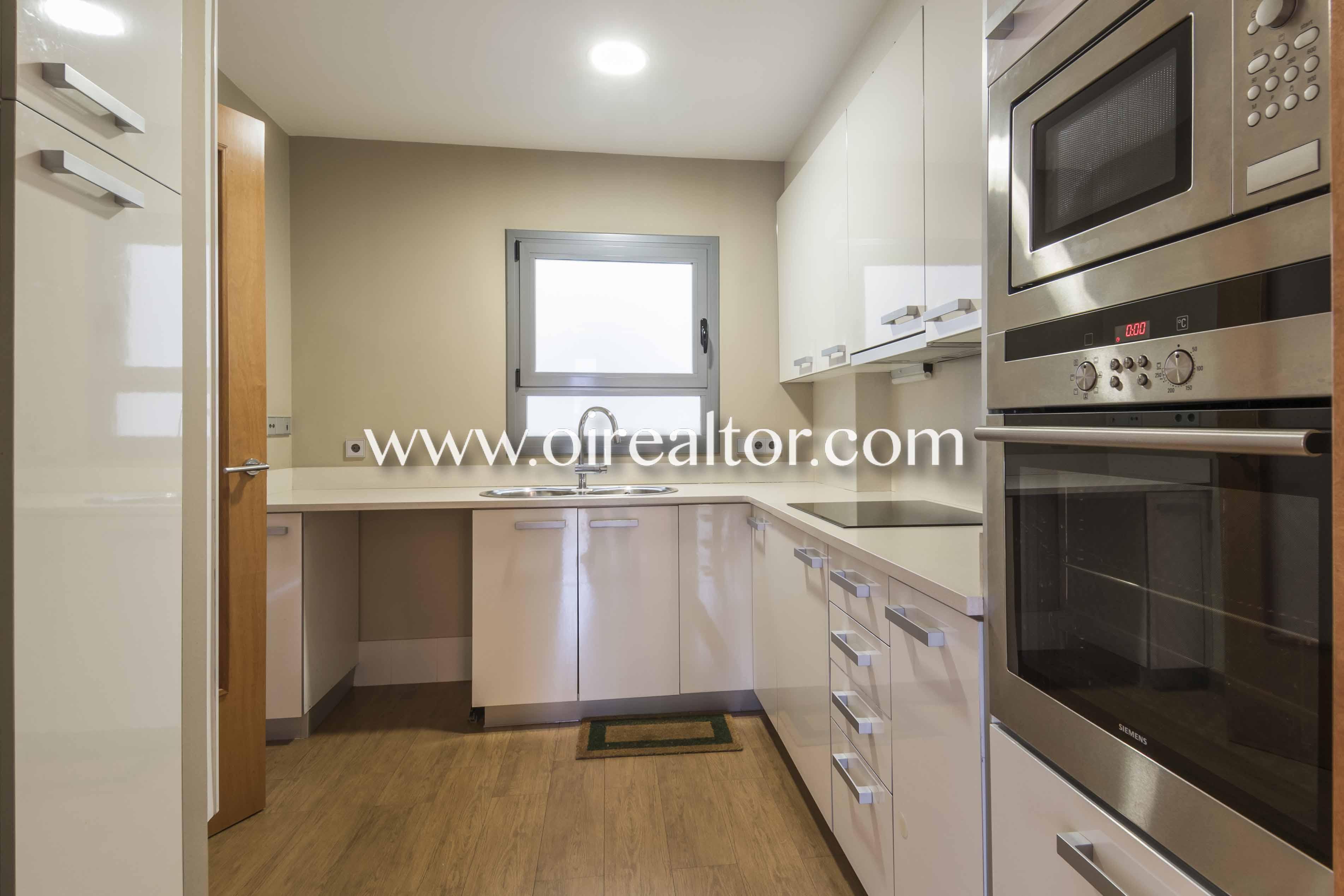 cocina, cocina equipada, horno, vitrocerámica, campana extractora, cocina con electrodomésticos,