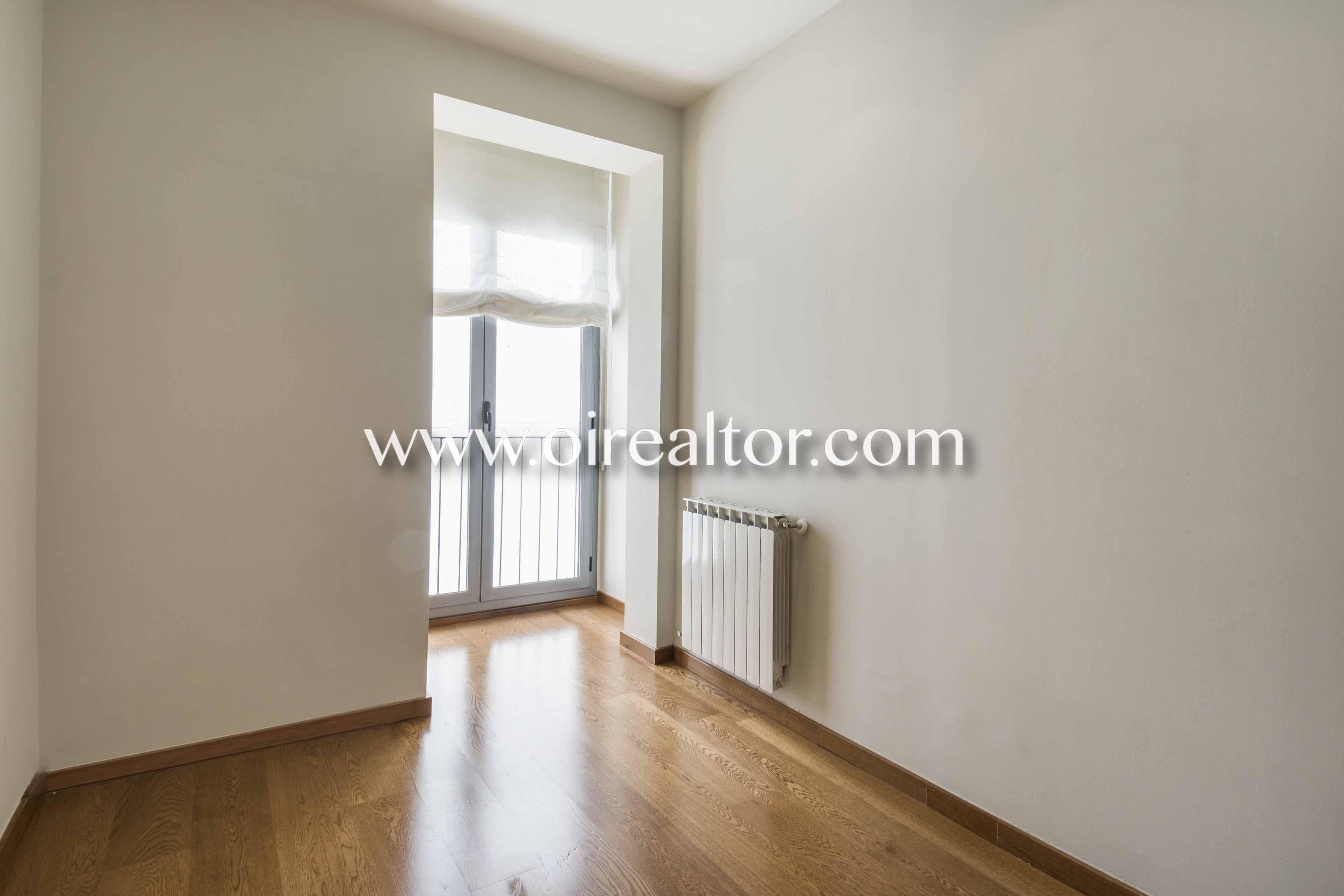 piso sin muebles, piso vacío, suelo de parquet, parquet, soleado, luminoso, piso luminoso