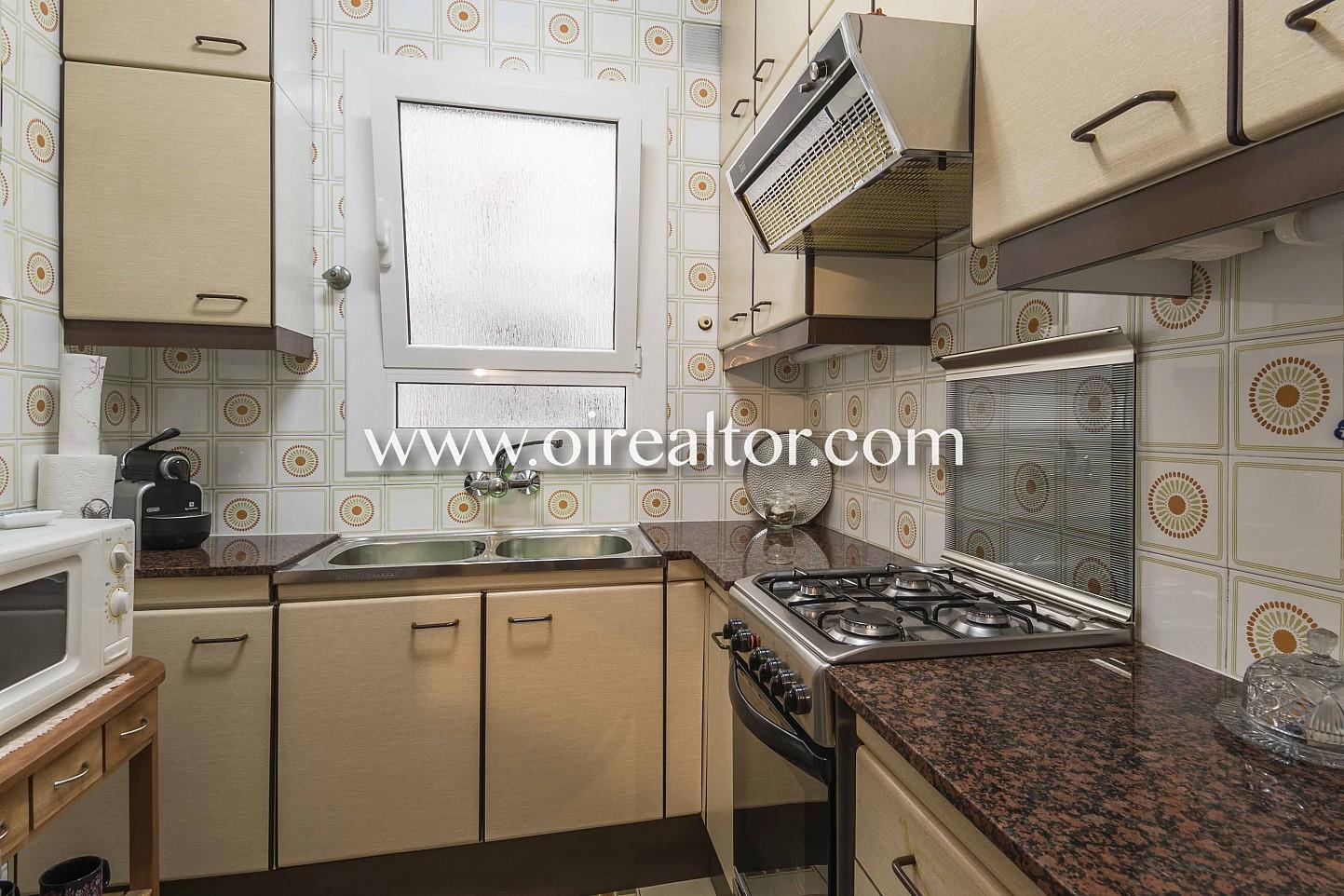 cocina, cocina con electrodomésticos, fogones, campana extractora, cocina de gas