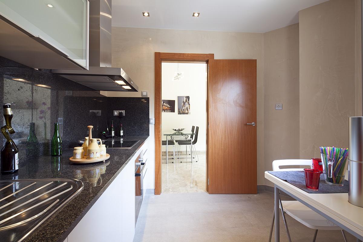 Cocina, cocina con electrodomésticos, campana extractora, vitrocerámica, horno, cocina con office, office, cocina office