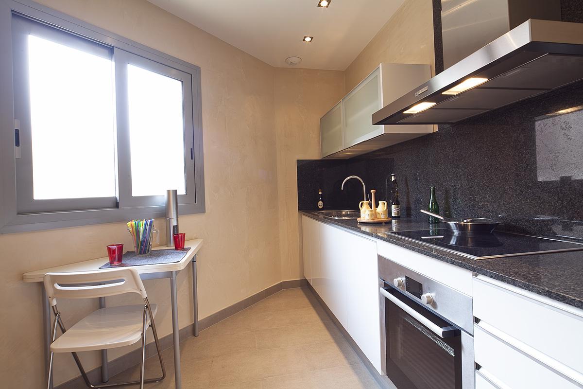 Cocina, cocina equipada, cocina con electrodomésticos, electrodomésticos, horno, vitrocerámica, campana extractora.
