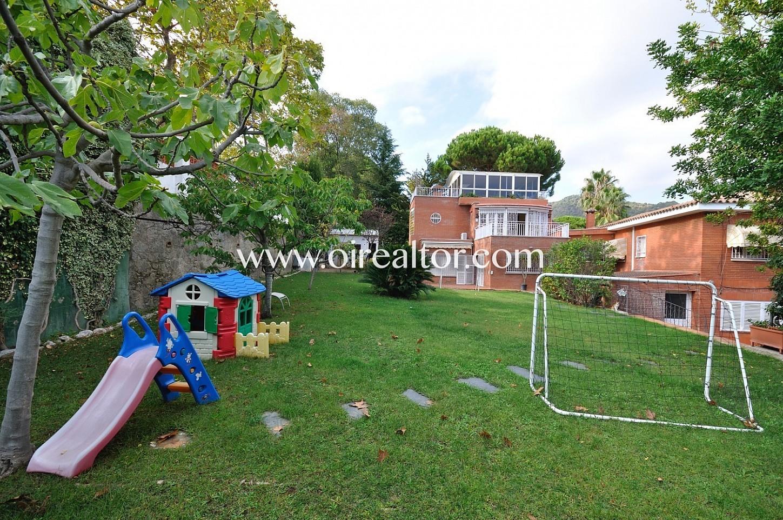 Patio, jardín campo de futbol, jardín con parque infantil, parque infantil, casa, jardín con césped