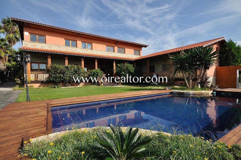 Fachada ,casa con piscina, piscina, casa con jardín, jardín con piscina, piscina privada