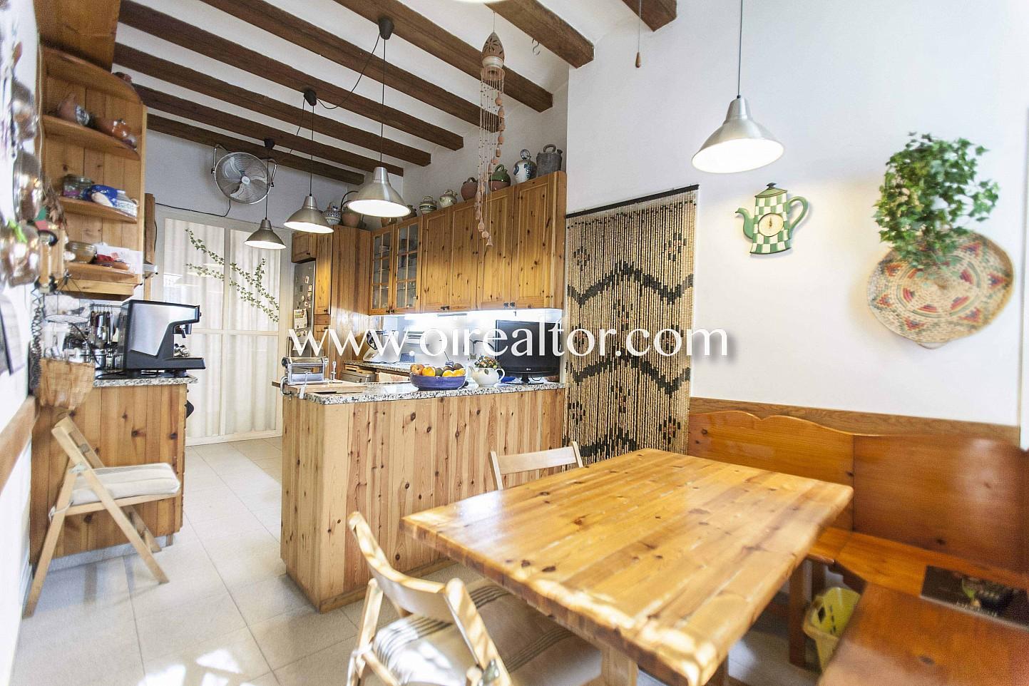 Cocina, cocina con office, cocina office, office, vigas vistas, piso con vigas vistas, cocina equipada, electrodomésticos,