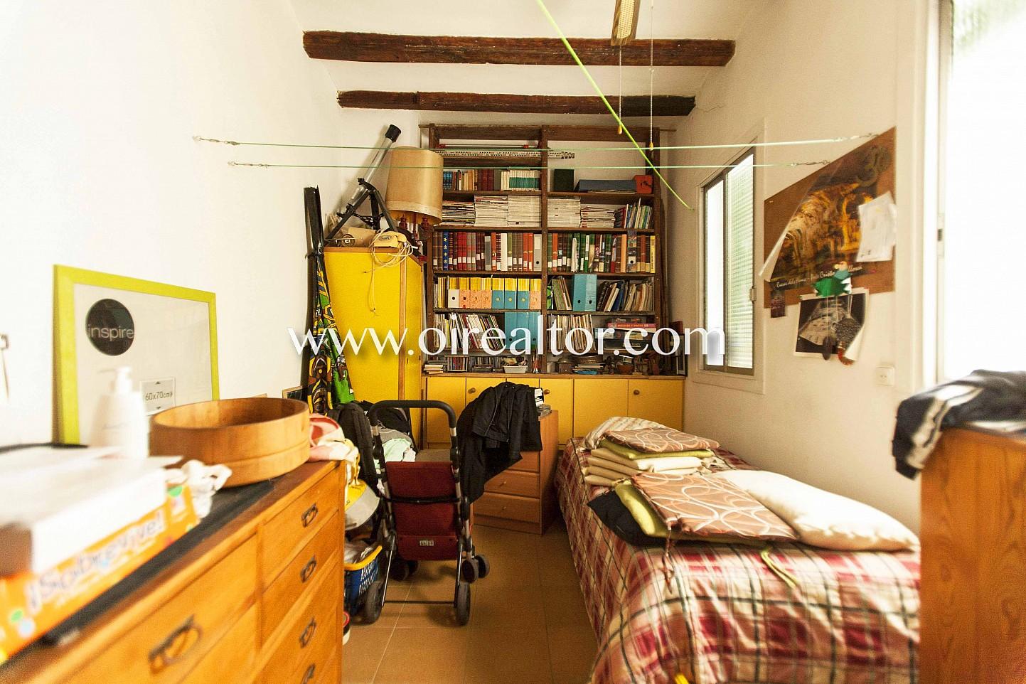 Dormitorio individual, habitación simple, cama, cama simple, despacho, librería