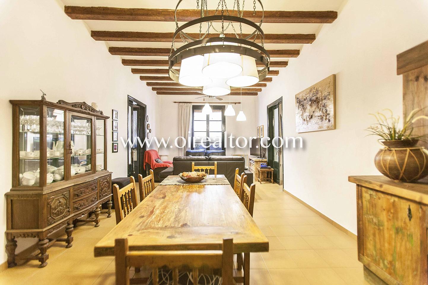 Salón comedor, salón, comedor, mesa de comedor, piso rústico, finca regia, piso con vigas vistas, vigas vistas,