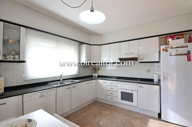 Cocina, cocina equipada, cocina con electrodomésticos, electrodomésticos, horno, nevera, campana extractora