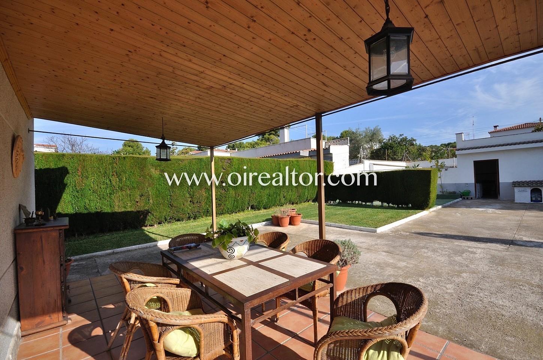 Porche, porche con mesa y sillas, jardín, solárium, césped, jardín con césped, casa con jardín