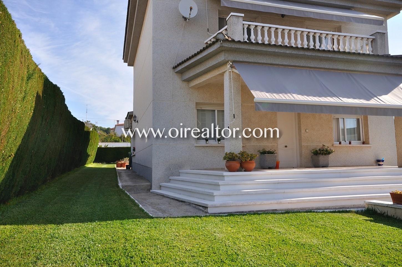 casa, fachada, casa de dos plantas, casa con jardín,