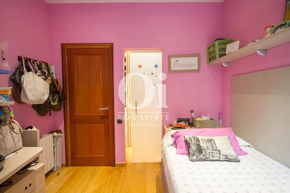 Dormitorio, dormitorio individual, dormitorio simple, dormitorio con balcón, balcón, cama, cama simple, habitación juvenil