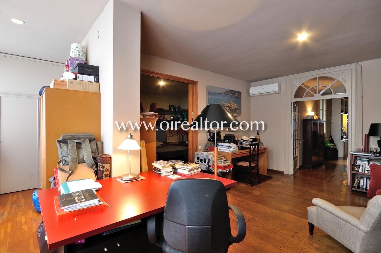 salón, salón luminoso, salón soleado, sofás, techos altos, piso modernista, suelo de parquet