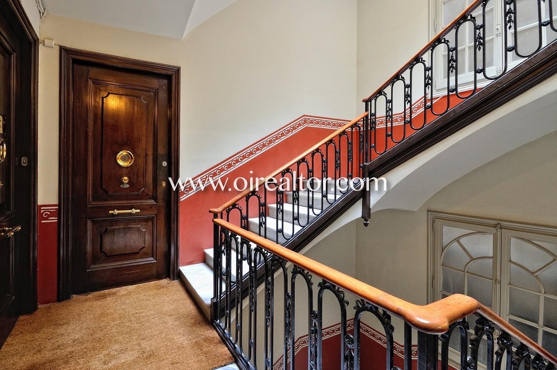 Entrada, portal, puerta, puerta señorial, escalera, zona común, piso modenista