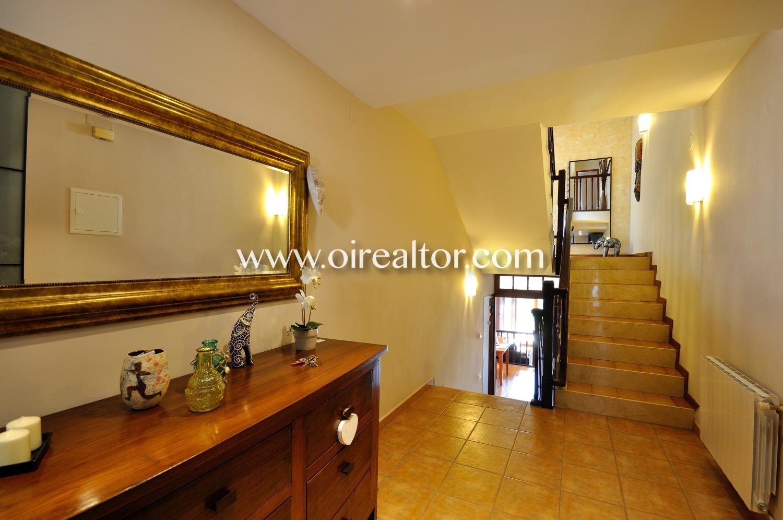 Pasillo, escaleras, casa de dos plantas, recibidor luminoso