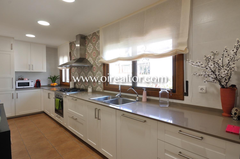 Cocina, cocina equipada, cocina con electrodomésticos, campana extractora, fogones, horno, electrodomésticos