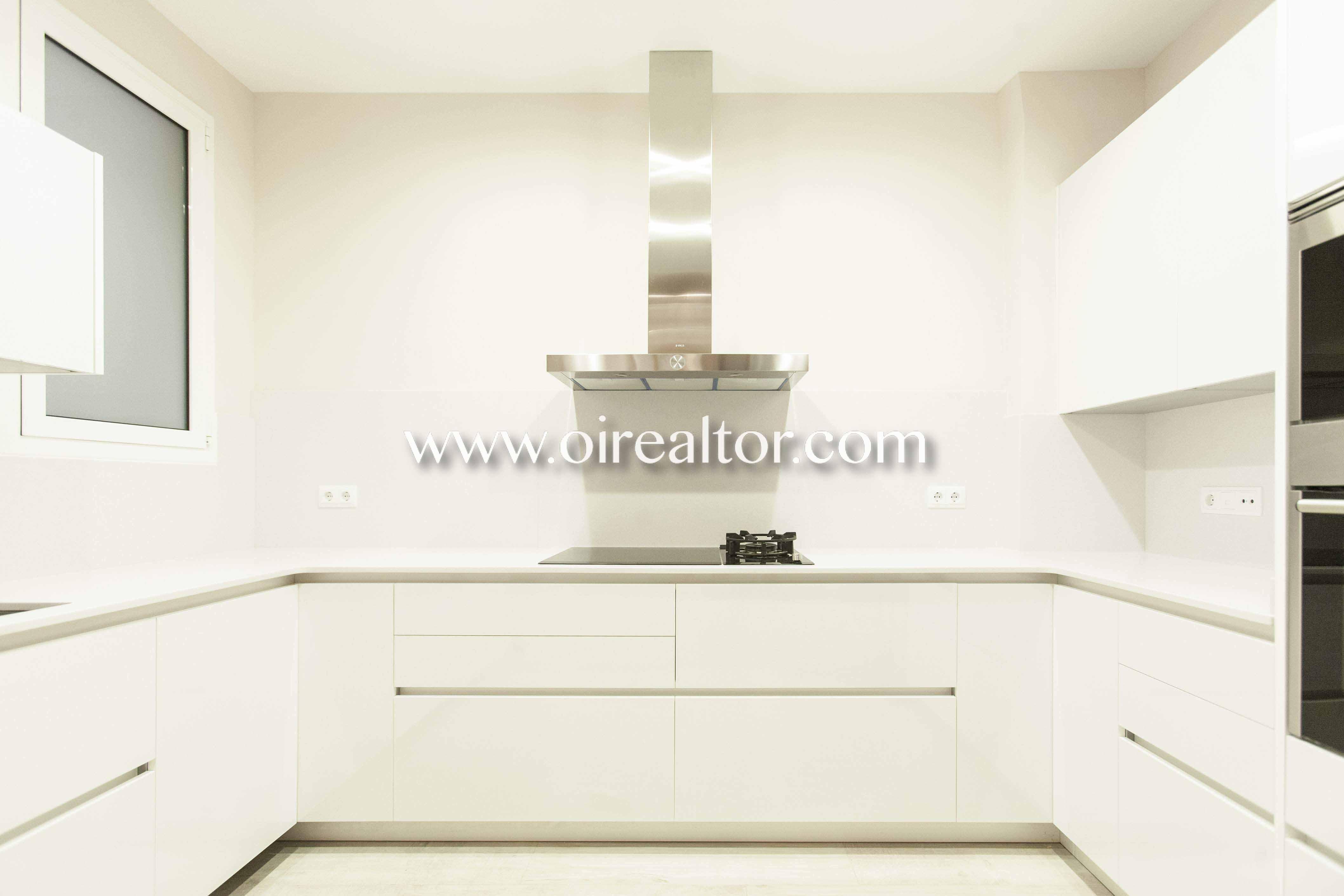 cocina, cocina equipada, cocina con electrodomésticos, electrodomésticos, horno, campana extractora, vitrocerámica