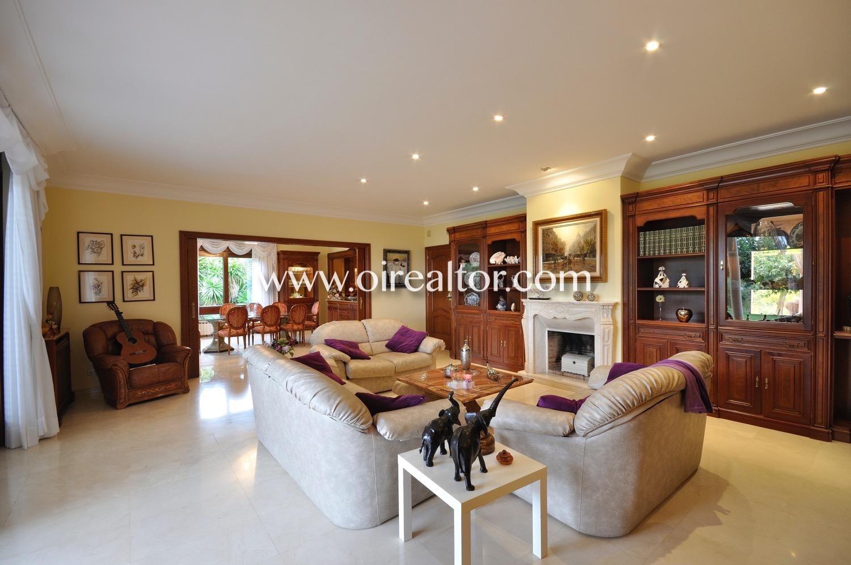 salón, sala de estar, salón con salida a jardín, salón con jardín, chimenea, sofás, salón de diseño