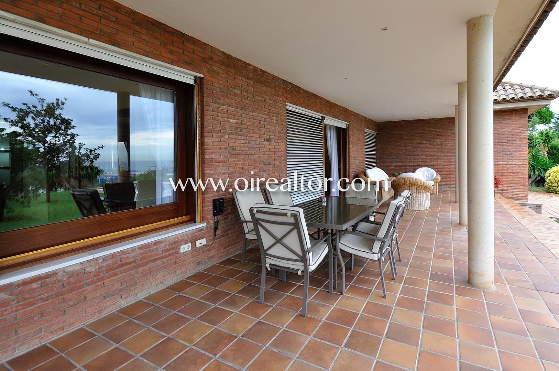 terraza, jardín, jardín con chill out, jardín con mesa y sillas, soleado, solárium, casa, fachada