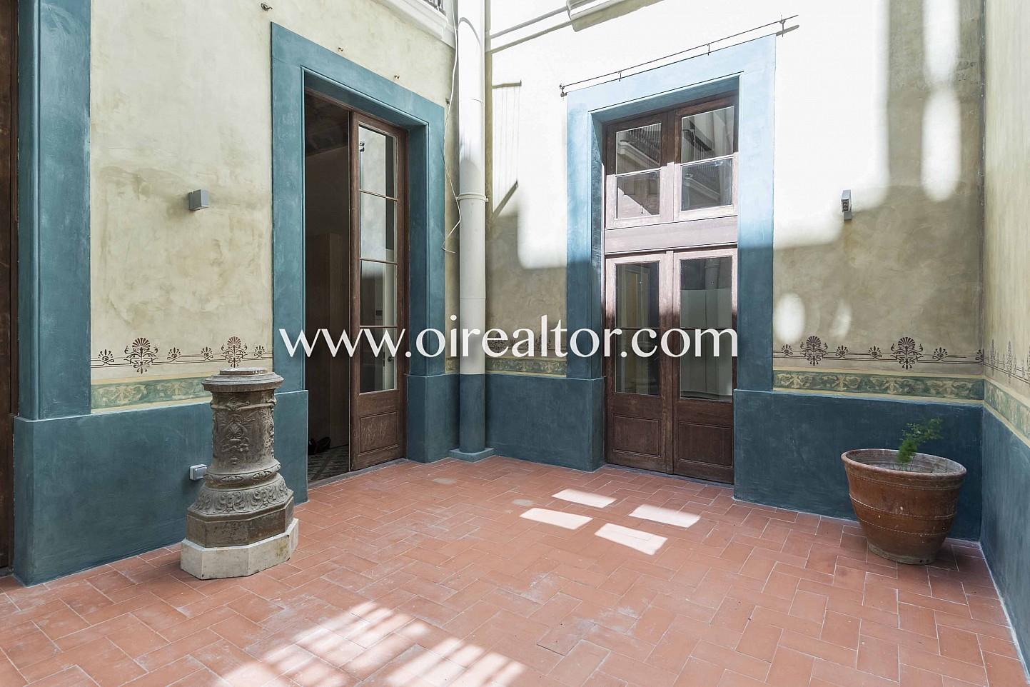 piso modernista, piso clásico, finca regia, modernismo catalán, entrada, zona comunitaria