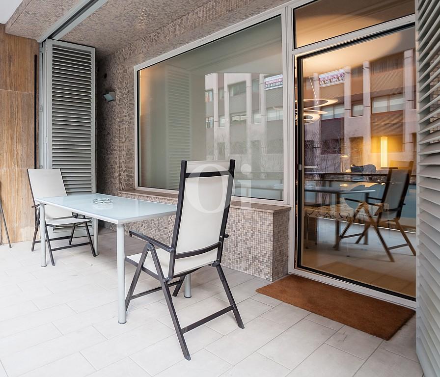 terraza, terraza con mesa y sillas, soleado,