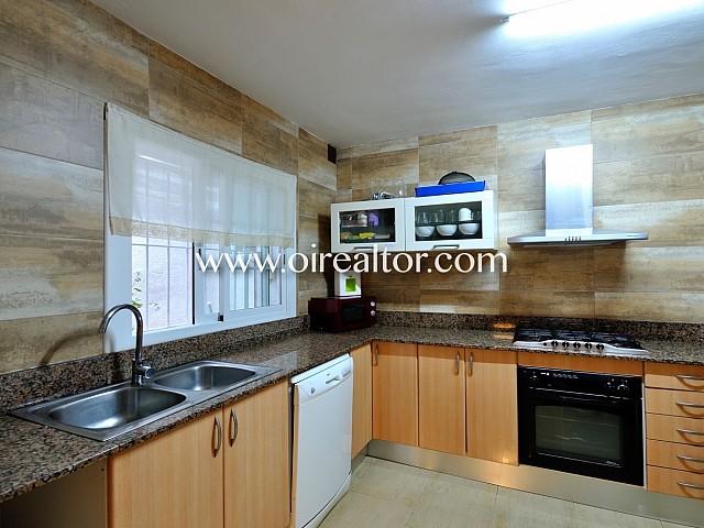 Cocina, cocina office, cocina con office, office, acogedora cocina, cocina equipada, cocina con electrodomésticos, electrodomésticos, campana extractora, fogones