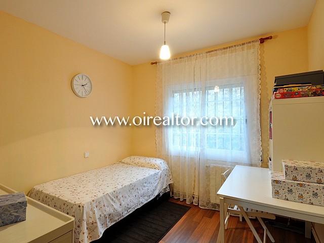 Dormitorio, dormitorio simple, cama, cama individual, habitación con ventana, exterior, escritorio