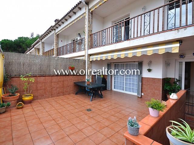 Terraza, solárium , terraza amplia, terraza con mesa y sillas, sol, soleado, fachada, terraza con toldo, toldo