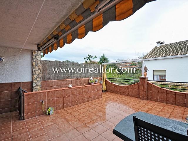 Terraza, solárium , terraza amplia, terraza con mesa y sillas, sol, soleado, toldo, terraza con toldo