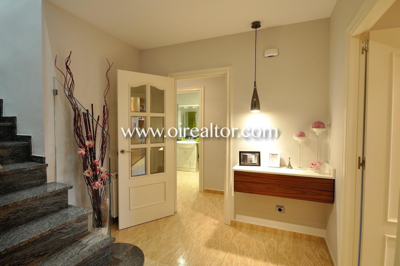 Pasillo, pasillo de diseño, casa de diseño, luminoso, soleado, escaleras
