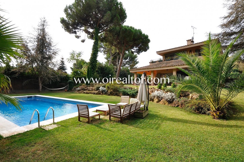 piscina, piscina privada, fachada, casa, casa con jardín, césped, árboles,