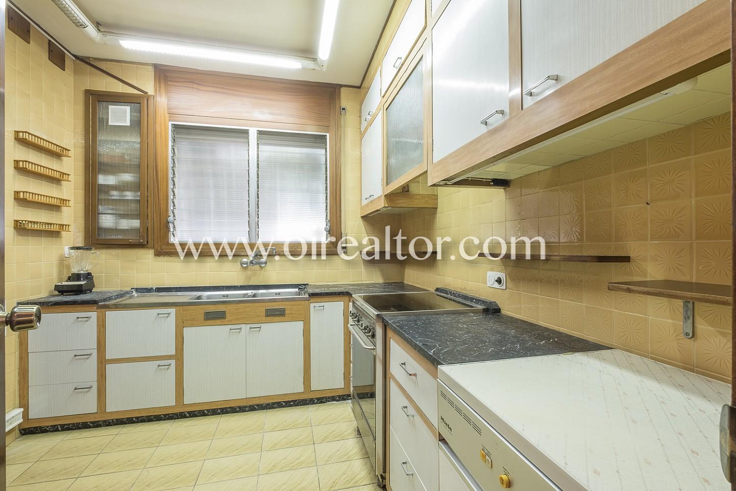 cocina, cocina equipada, electrodomésticos, cocina con electrodomésticos, horno, campana extractora vitrocerámica