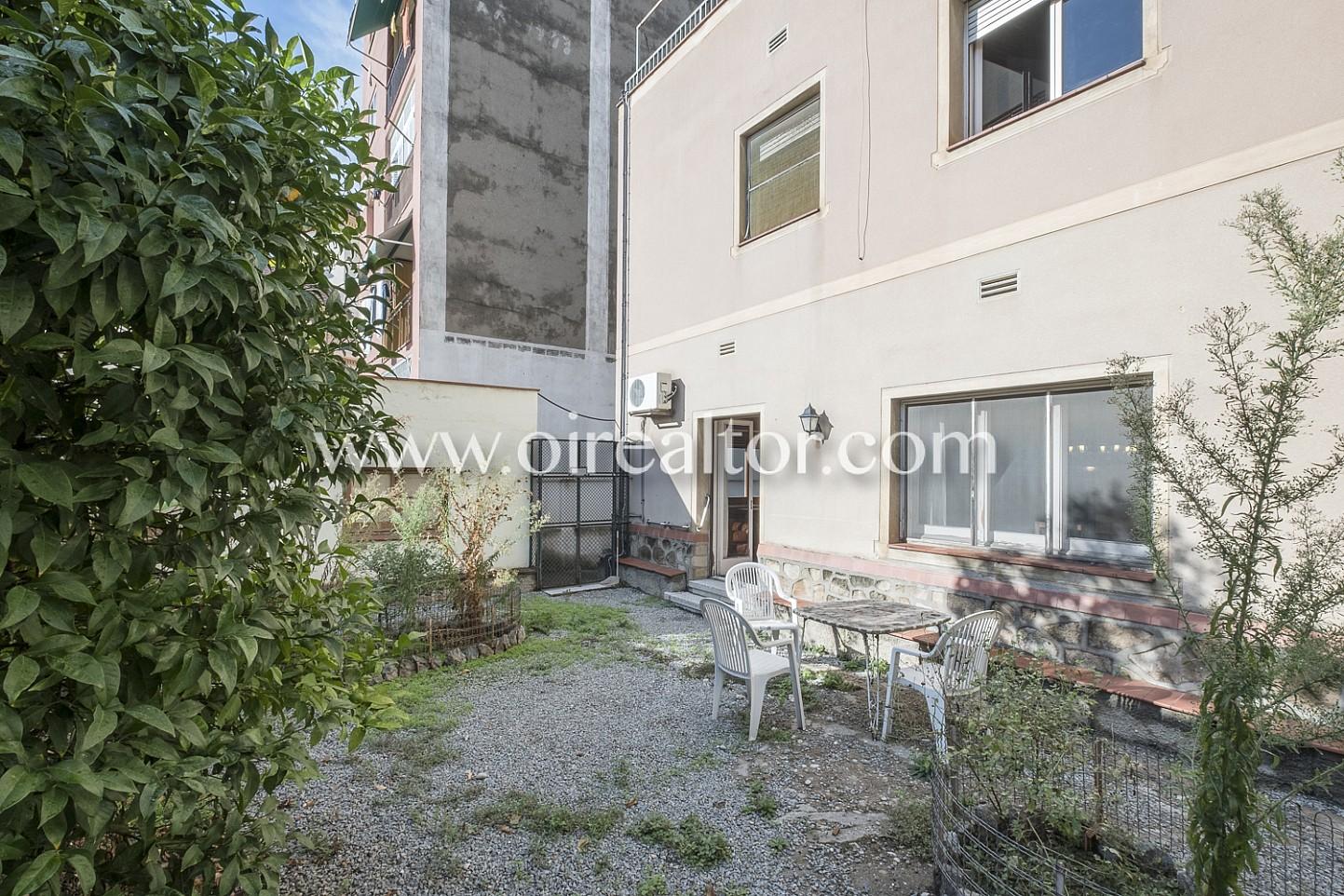 patio, jardín, mesa con sillas, aire libre, comidas y cenas, luz, sol, solárium, soleado, luminoso