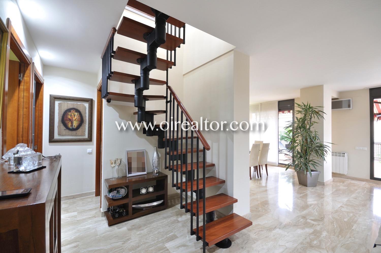 Salón comedor, salón, comedor, salón comedor de diseño, luminoso, elegante, amplio, escalera
