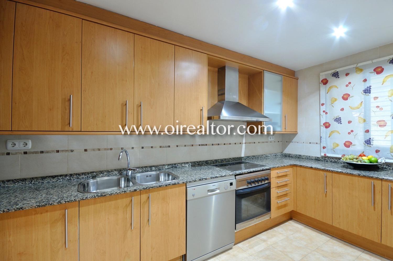 Cocina, cocina equipada, cocina con electrodomésticos, horno, campana extractora, vitrocerámica