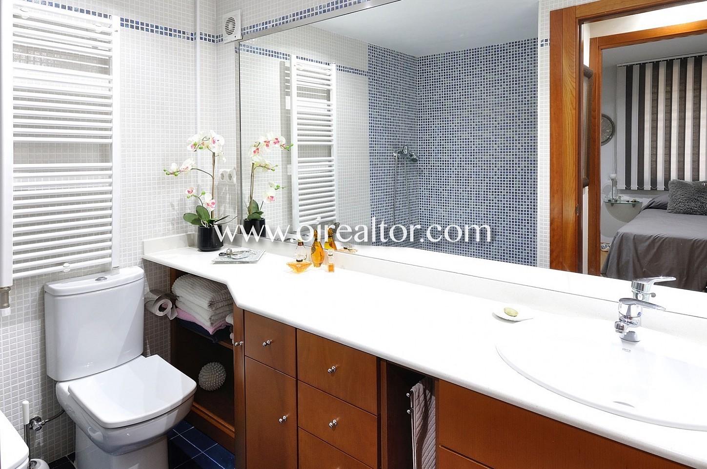 Baño, baño completo, lavabo, bañera, luminoso