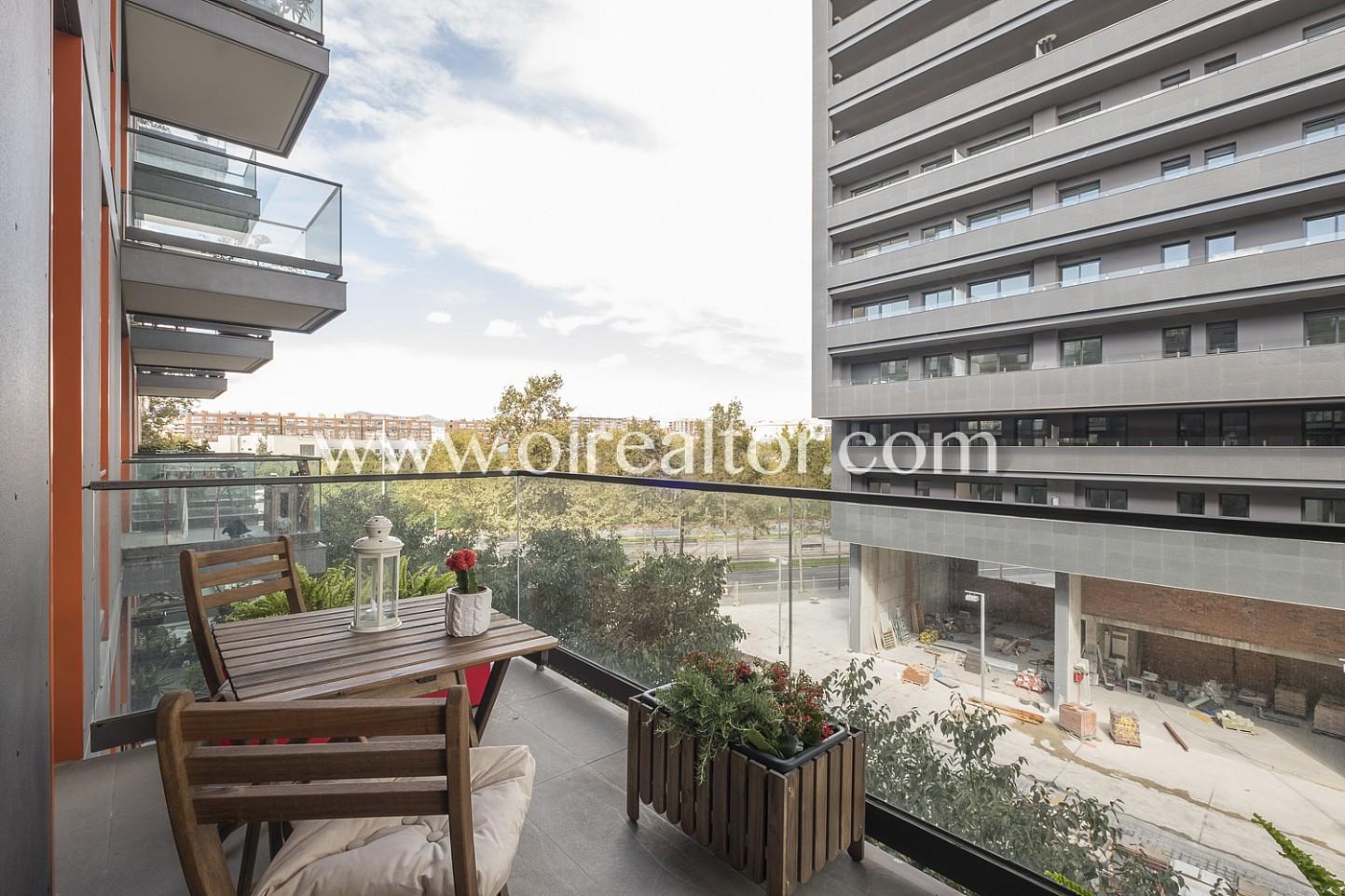 Balcón, vistas, balcón con vistas, vistas a la ciudad, balcón con mesa y sillas,