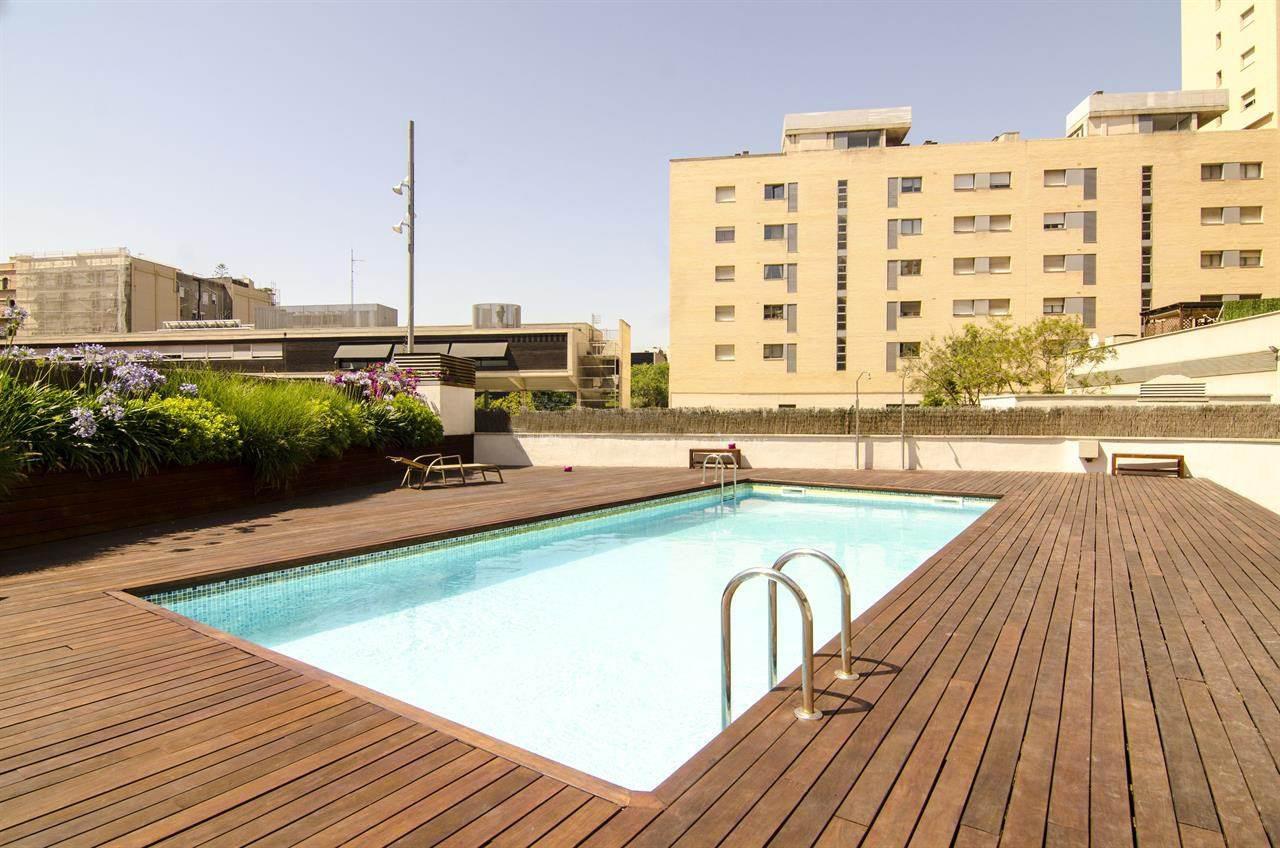 Piscina comunitaria, piscina, solárium, tomar el sol,