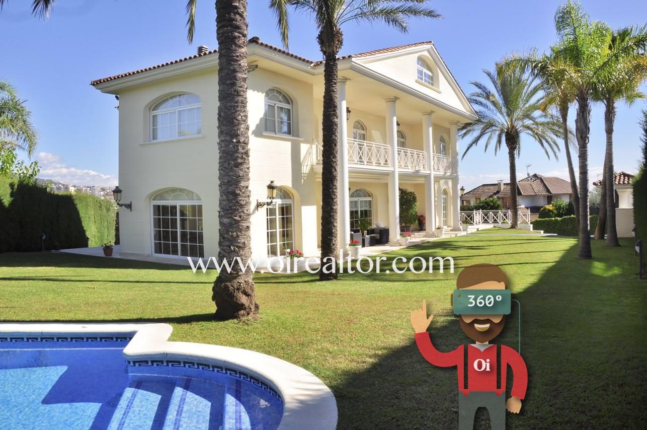 fachada, piscina, piscina privada, solárium, palmeras, césped, casa con jardín, casa con piscina