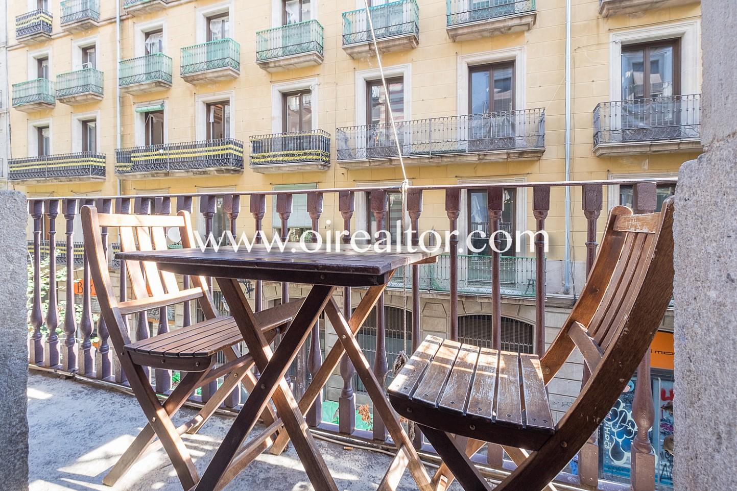 balcón, vistas, vistas a la ciudad, mesa y sillas, comidas al aire libre, luminoso