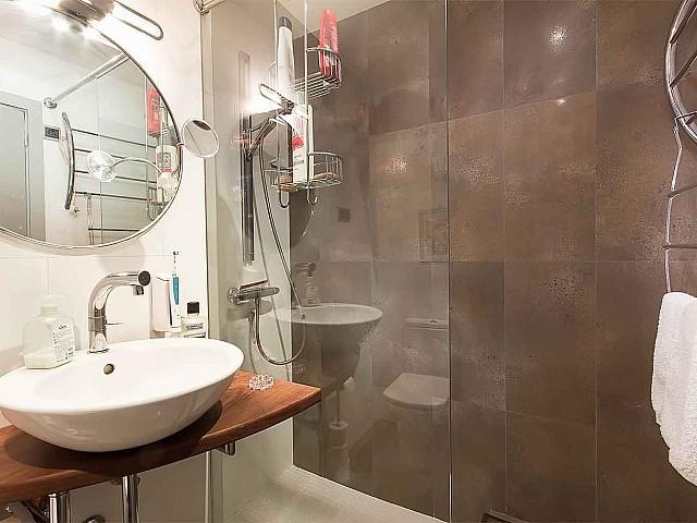 Salle de bain avec cabine de douche dans un appartement en vente à Barcelone
