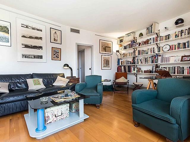 Salon lumineux et spacieux dans un appartement en vente à Barcelone