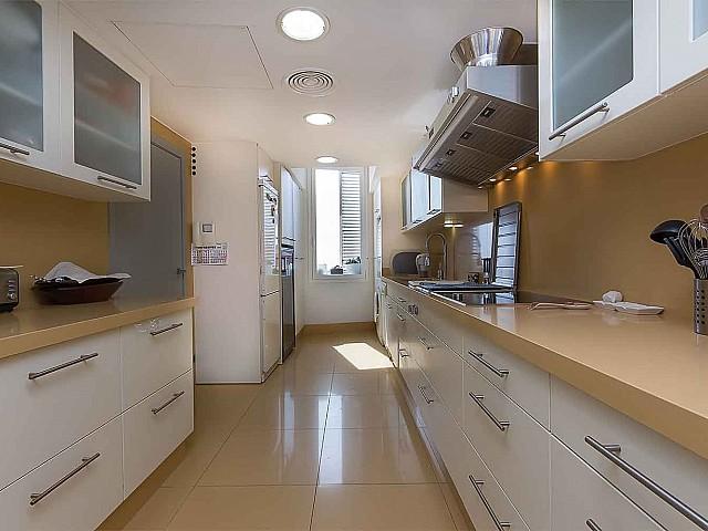 Cuisine fonctionnelle et équipée dans luxueux appartement en vente à Barcelone