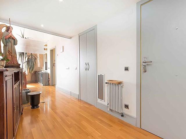 Accueillant hall d'entrée dans un appartement en vente à Barcelone