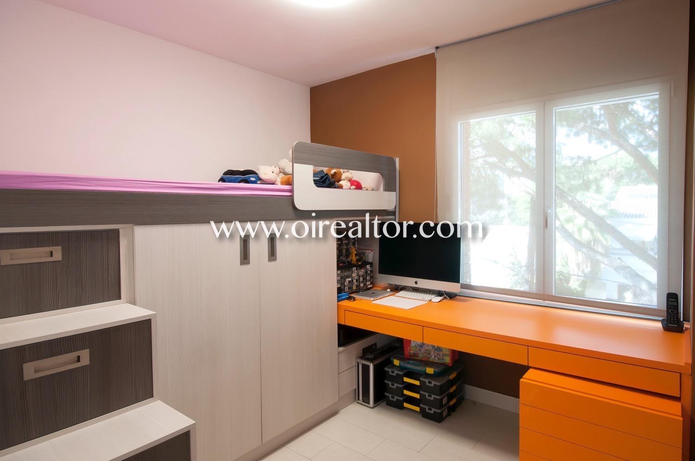 dormitorio, dormitorio simple, escritorio, habitación, luminoso