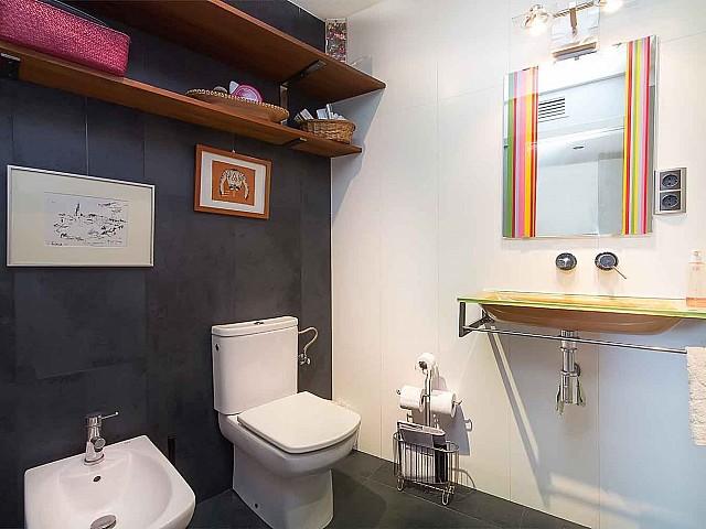 Salle de bain avec toilettes dans un appartement en vente à Barcelone