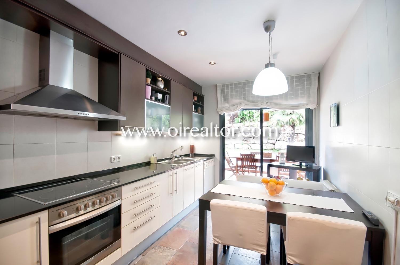 cocina, cocina office, cocina con office, campana extractora, vitrocerámica, jardín