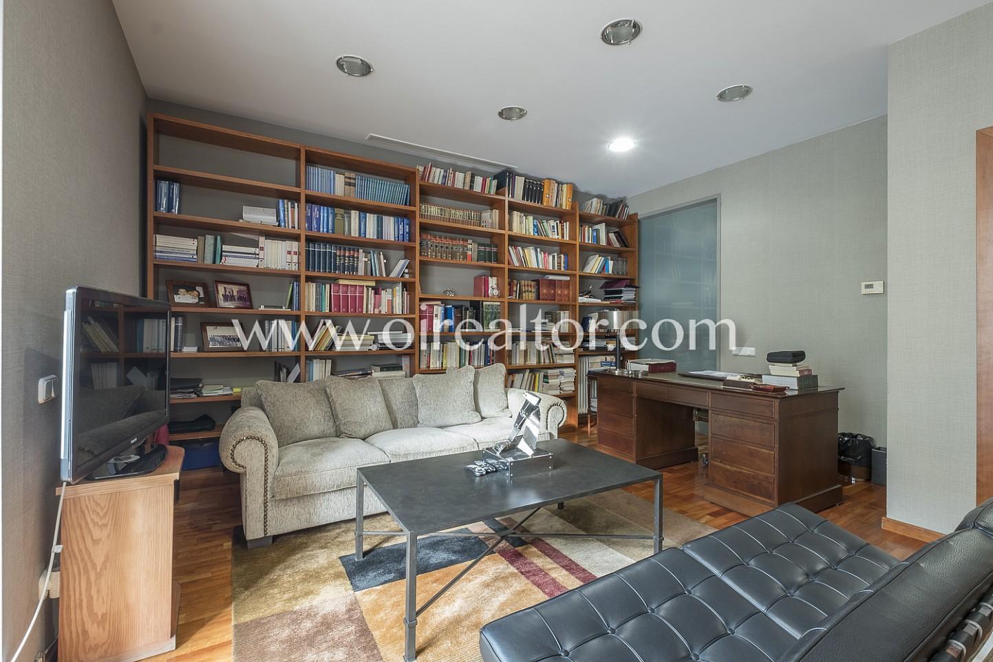 sala de estar, salón, sofás, asiento, sillón, librería, soleado, luminoso, ventana